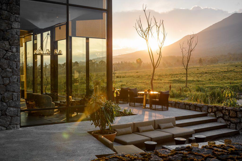 Abendstimmung auf Terrasse vor der Lodge